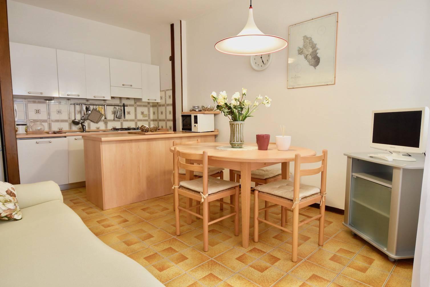 cucina-e-soggiorno-appartamento-jesolo-1910886022.jpeg